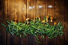 Miodowe pieczarki, fasolki szparagowe i sól na drewnianym tle, obrazy stock