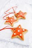 Miodowników gwiazdowi ciastka na białym drewna i śniegu tle Zdjęcie Stock