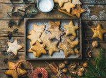 Miodowników gwiazdy kształtujący ciastka w drewnianej tacy z pieczeniem tapetują Fotografia Royalty Free