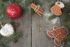 Miodownik, boże narodzenie ornament, jedlinowy drzewo, śnieg na drewnianym tle, cynamon, Obraz Royalty Free
