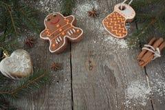 Miodownik, boże narodzenie ornament, jedlinowy drzewo, śnieg na drewnianym tle, cynamon, Obrazy Stock