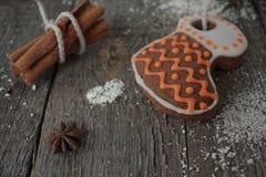 Miodownik, boże narodzenie ornament, jedlinowy drzewo, śnieg na drewnianym tle, cynamon, Zdjęcie Stock