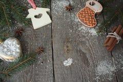 Miodownik, boże narodzenie ornament, jedlinowy drzewo, śnieg na drewnianym tle, cynamon, Fotografia Stock