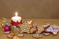 Miodownik i świeczka na drewnianym stole Tło w polek kropkach Fotografia Stock