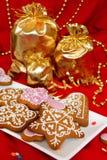 Miodownik i trzy torby prezenty Czerwony tło Zdjęcie Stock