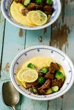 Miodowy balsamic i cytryna Brussels flancy kurczak z koźliego sera polentą Zdjęcie Royalty Free