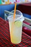 Miodowy Limeade z lodowym napojem fotografia royalty free