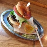 Miodowy pszczoła hamburger Obrazy Stock