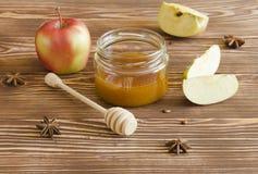 Miodowy słój i jabłka Zdjęcie Stock