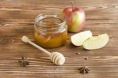 Miodowy słój i jabłka Fotografia Stock
