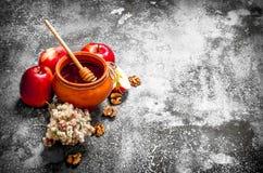 Miodowy tło Fragrant miód w garnku z jabłkami i ziele Zdjęcia Royalty Free