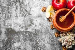 Miodowy tło Fragrant miód w garnku z jabłkami i ziele Fotografia Royalty Free