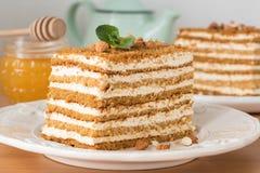 Miodowy tort Medovik na bielu talerzu Zdjęcie Royalty Free