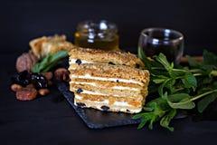 Miodowy tort na ciemnym tle Fotografia Royalty Free