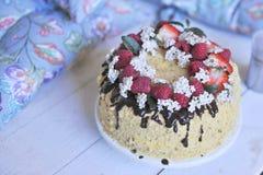 Miodowy tort z jagodami i czekoladą, dekorujący słodki rodzinny gość restauracji Wakacje tort na balkonowym śniadaniu obrazy royalty free