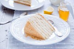 Miodowy tort z waniliową śmietanką Obraz Stock