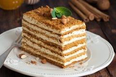Miodowy warstwa tort Medovik dekorował z nowym liściem i migdałami Obraz Stock