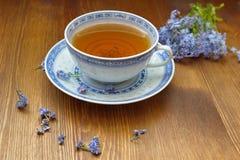 Miosótis com o copo de chá velho da porcelana Imagens de Stock Royalty Free