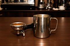 Miotacz i właściciel z kawą w kawiarni zdjęcia royalty free