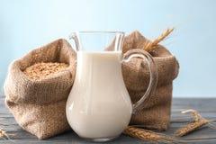 Miotacz mleko i torby z oatmeal płatkami zdjęcie stock