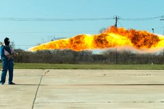 Miotacz ognia w akci Miotacza ognia operacyjny test fotografia stock