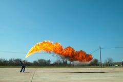 Miotacz ognia w akci Miotacza ognia operacyjny test zdjęcie royalty free