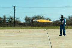 Miotacz ognia w akci Miotacza ognia operacyjny test obraz royalty free
