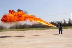 Miotacz ognia w akci Miotacza ognia operacyjny test zdjęcia royalty free