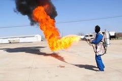 Miotacz ognia w akci Miotacza ognia operacyjny test zdjęcia stock