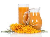 Miotacz, szklany sok od jagody dennego buckthorn odizolowywającego na bielu Fotografia Stock