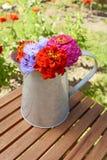 Miotacz wypełniał z świeżymi kwiatami na uprawia ogródek stół zdjęcia stock