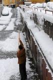 Miotanie śnieg upwards zdjęcia royalty free