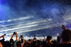 Miotanie confetti nad tłumem przy żywym koncertem Zdjęcie Stock