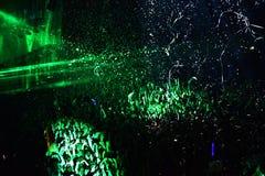 Miotanie confetti od sceny na tłumu Zdjęcia Royalty Free