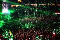 Miotanie confetti od sceny na tłumu Obraz Royalty Free