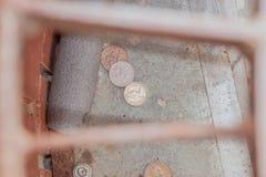 Miotanie pieniądze puszek odciek Zdjęcie Stock