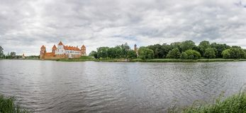 Mir城堡, clody天空,全景 白俄罗斯,欧洲 免版税库存照片