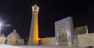 Mir我阿拉伯人Madrasah入口,布哈拉,乌兹别克斯坦的历史的中心 联合国科教文组织世界遗产名录 被停泊的晚上端口船视图 库存照片