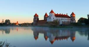 Mir, Λευκορωσία Mir Castle σύνθετο από την πλευρά της λίμνης Αρχιτεκτονικό σύνολο φεουδαρχίας, αρχαίο πολιτιστικό μνημείο φιλμ μικρού μήκους