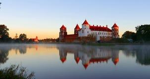 Mir, Λευκορωσία Mir Castle σύνθετο από την πλευρά της λίμνης Αρχιτεκτονικό σύνολο φεουδαρχίας, αρχαίο πολιτιστικό μνημείο απόθεμα βίντεο