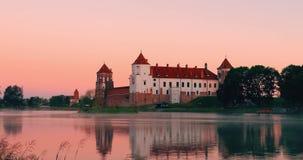 Mir, Беларусь Комплекс замка Mir от стороны озера Средневековый культурный памятник, место всемирного наследия ЮНЕСКО известно видеоматериал