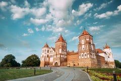 MIR, Bielorrusia Calzada para escudarse el complejo en Sunny Summer Day AR fotos de archivo libres de regalías