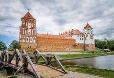 MIr Castle, brug en meer, Wit-Rusland Stock Foto