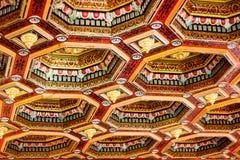 Mir Castle Complex, BIELORRÚSSIA - 17 de julho de 2015: Os interiores do castelo decoraram belamente o teto de madeira Fotografia de Stock Royalty Free