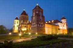 Mir Castle na iluminação da noite, noite belarus fotografia de stock