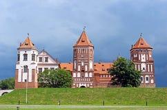 Mir Castle op de achtergrond van een stormachtige hemel Stock Afbeelding
