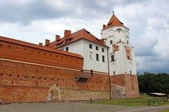 Mir Castle op de achtergrond van een stormachtige hemel Stock Foto's