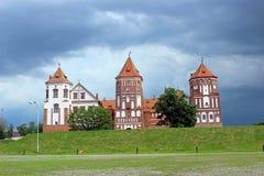 Mir Castle op de achtergrond van een stormachtige hemel Royalty-vrije Stock Foto