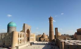 Mir-jag-arab madrasah, Kalyan minaret och Kalan moské Komplex Po-jag-Kalyan byggda uzbekistan arkivfoto