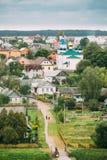 Mir Vitryssland Landskap av byhus och den ortodoxa kyrkan av den heliga Treenighet Mir, Vitryssland berömd landmark royaltyfria bilder